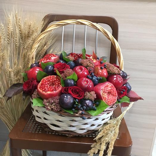 Большая корзина с фруктами и цветами: букеты цветов на заказ Flowwow