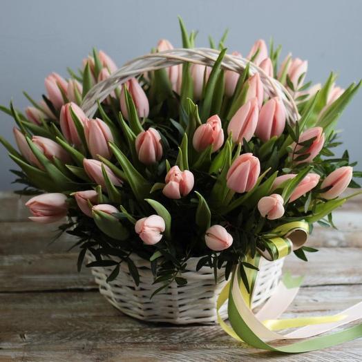 Корзинка с тюльпанами: букеты цветов на заказ Flowwow