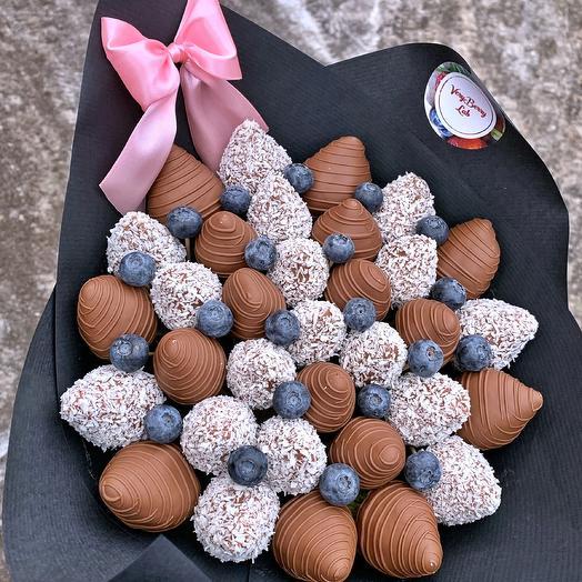 Букет из клубники в шоколаде с голубикой