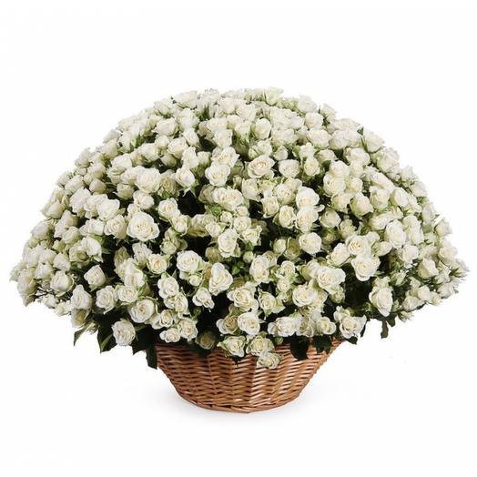 101 кустовая роза в корзине: букеты цветов на заказ Flowwow