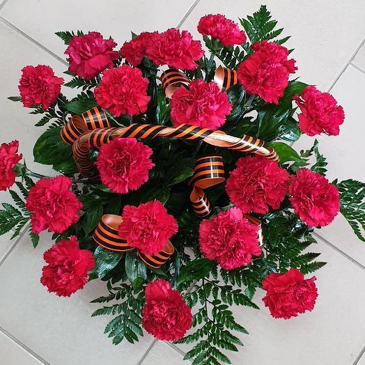Корзина на возложение к 9 мая: букеты цветов на заказ Flowwow