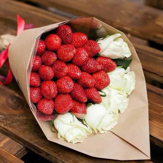 Букетик с клубникой Love is: букеты цветов на заказ Flowwow