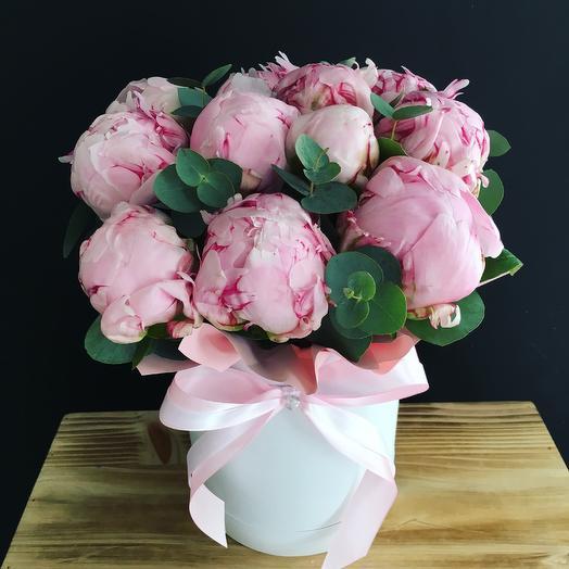 Коробочка с пионами: букеты цветов на заказ Flowwow