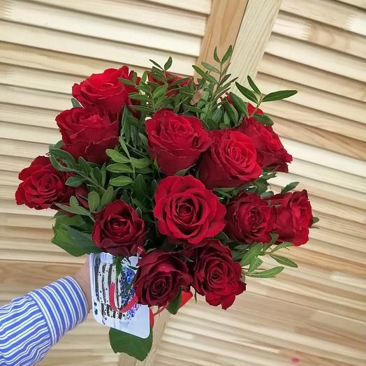 15 роз с зеленью (цвет на выбор)