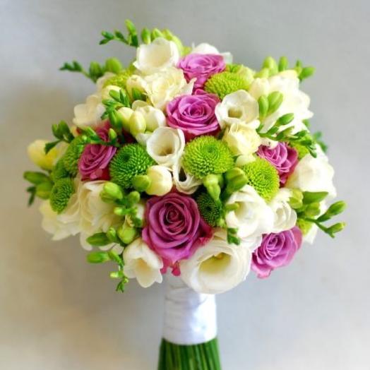 Свадебный букет из розовых роз, эустомы, фрезий и хризантемы