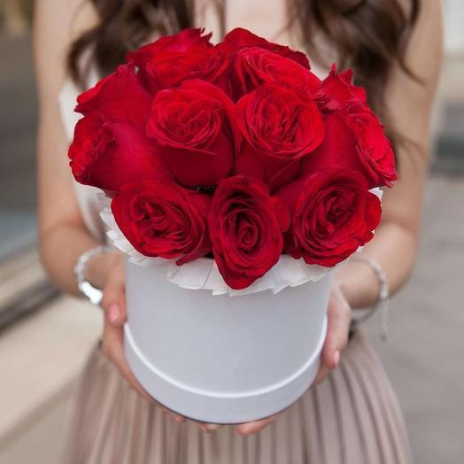 Шляпная коробочка из 13 красных роз премиум в коробке