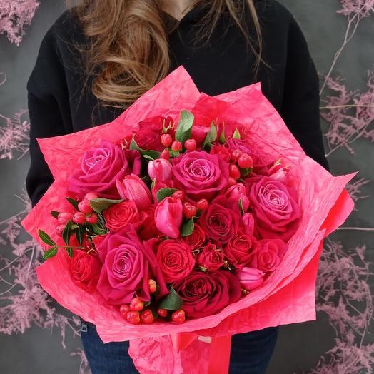 """""""Ягодный"""" С яркими розами и тюльпанами"""