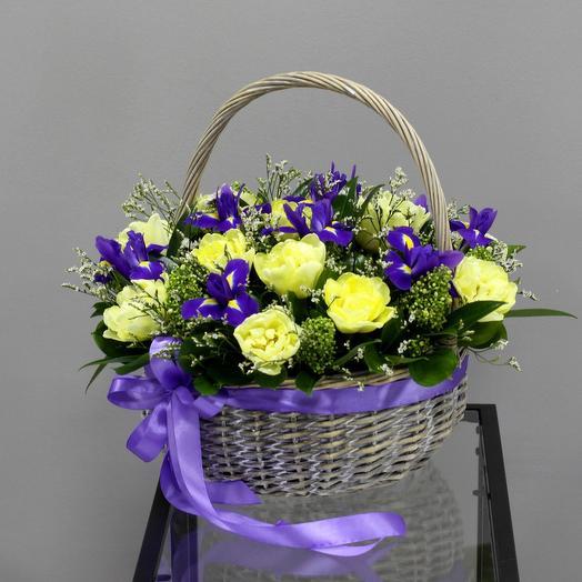 Корзина с пионовидными тюльпанами и ирисами