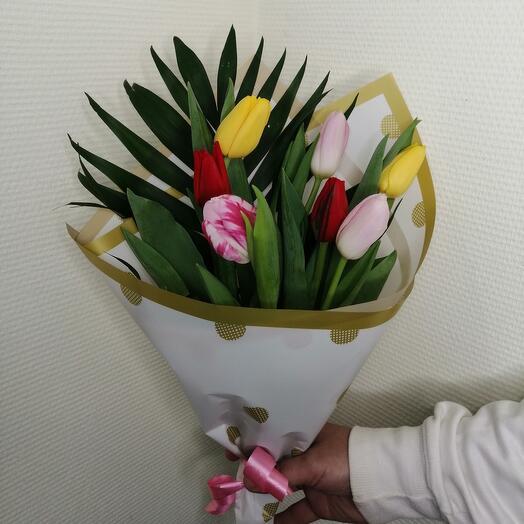 Букет из 7 тюльпанов с зеленью