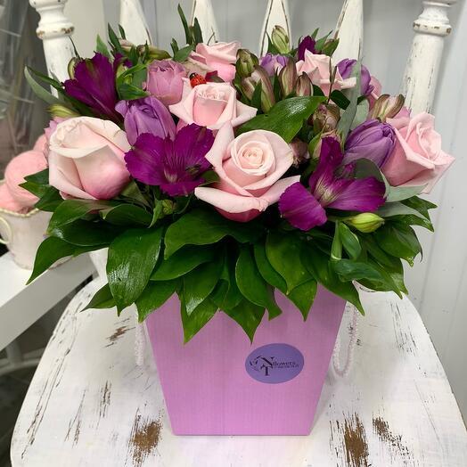 Цветочная композиция в коробке с розами и альстромериями