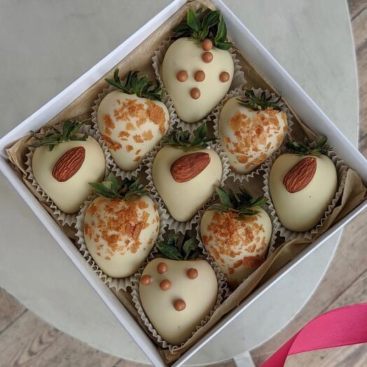 Свежая клубника в белом шоколаде 9 ягод