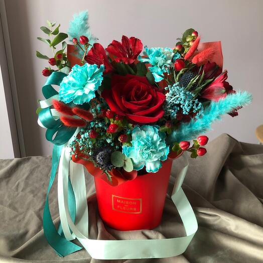 Цветы в коробке яркие