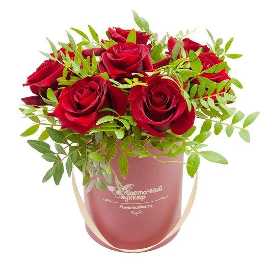 Розы в шляпной коробке Малышка в красном: букеты цветов на заказ Flowwow