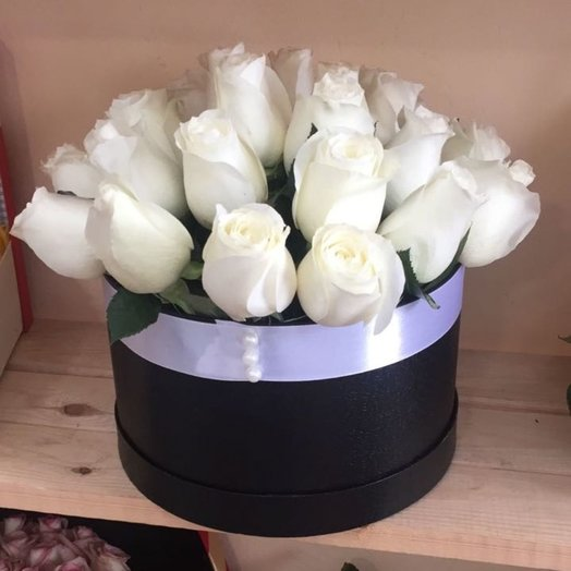 Шляпная коробка 25 белоснежных голландских роз