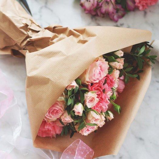 Букет кустовых роз в крафт