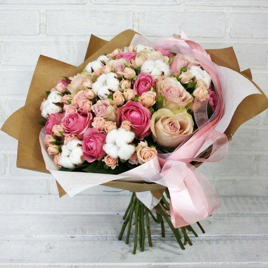 Букет с розами и хлопком: букеты цветов на заказ Flowwow