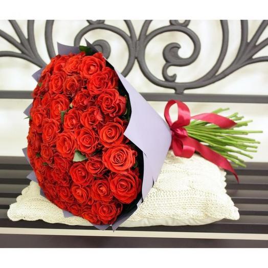 51 бордовая роза в крафте: букеты цветов на заказ Flowwow