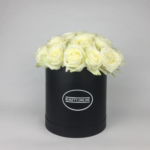 Белые розы в шляпной коробке Standart Black: букеты цветов на заказ Flowwow