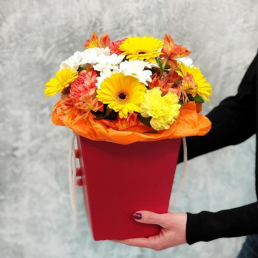 Счастливая коробка с герберами, гвоздиками и хризантемами: букеты цветов на заказ Flowwow