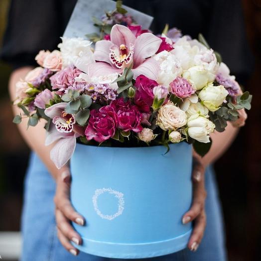 Очаровательная голубая шляпная коробка с цветами