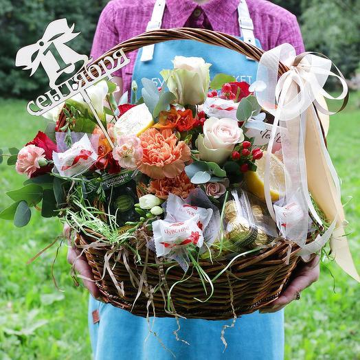 Корзина с розами, фруктами, конфетами и чаем: букеты цветов на заказ Flowwow