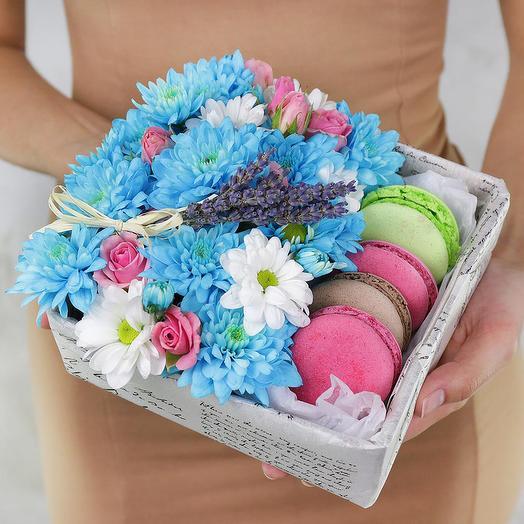 Коробка с макарунами. Хризантемы, розы и лаванда