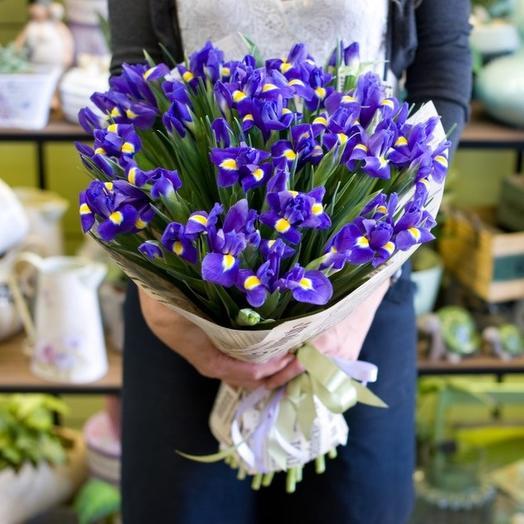 33 ириса в крафте/фетре: букеты цветов на заказ Flowwow
