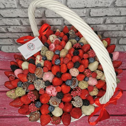 Клубничная корзина VIP: букеты цветов на заказ Flowwow