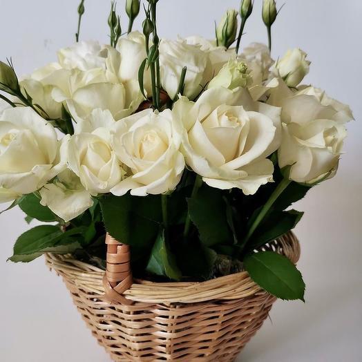 Корзиночка с белыми розами и эустомой: букеты цветов на заказ Flowwow