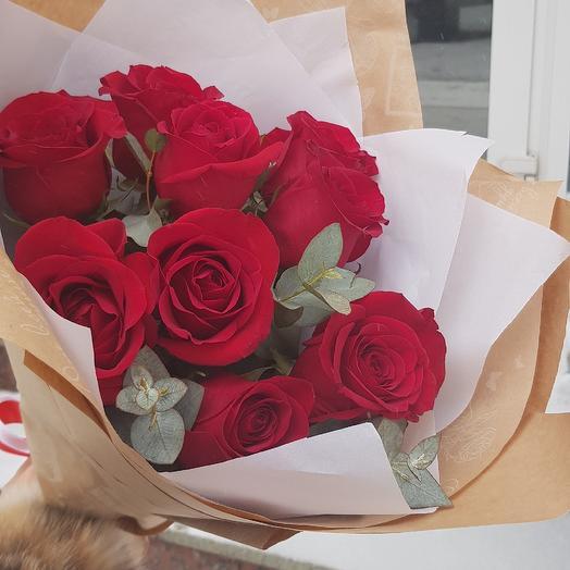 9 алых роз в крафтовой упаковке