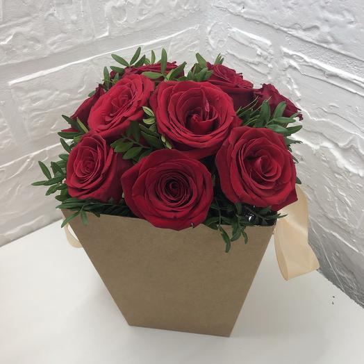 Красные розы в крафтовой коробке: букеты цветов на заказ Flowwow