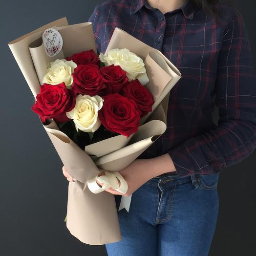 Букет из 9 роз микс в стильном оформлении: букеты цветов на заказ Flowwow