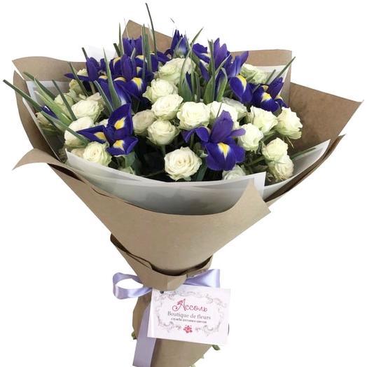 Букет из белых кустовых роз и ирисов