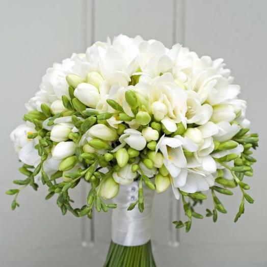 Свадебный букет из белых фрезий
