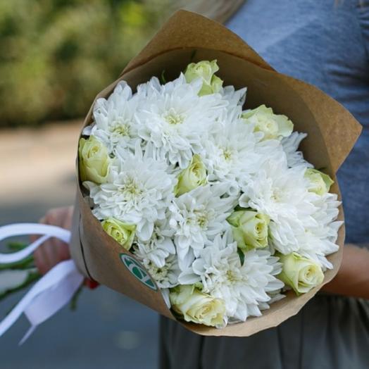 Роза белая и хризантемы