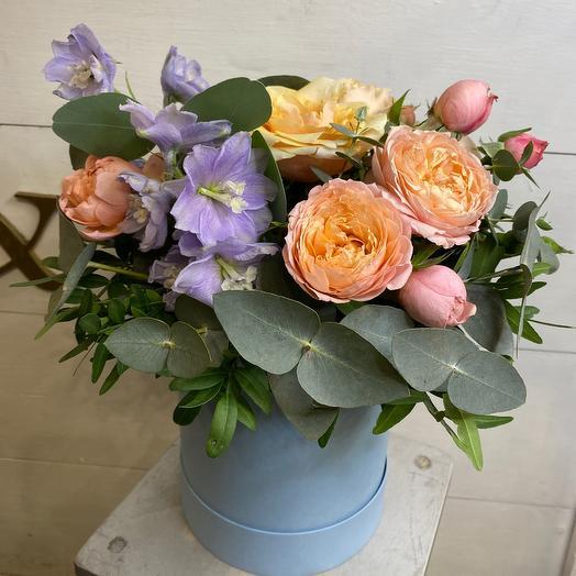 Коробка с розами и дельфиниумом М