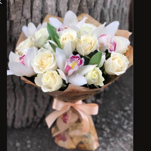 Белые розы и белые орхидеи