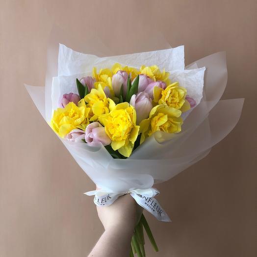 Букет из розовых тюльпанов и нарциссов