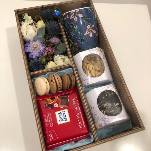 Подарочная коробка с цветами к чаю
