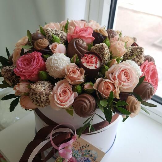 Композиция конфет и роз