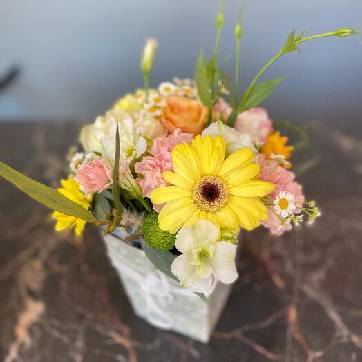 Цветы в коробке «Яркая нежность»