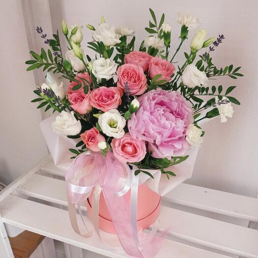 """""""Летнее настроение"""" С ароматным пионом и розами в шляпной коробке"""