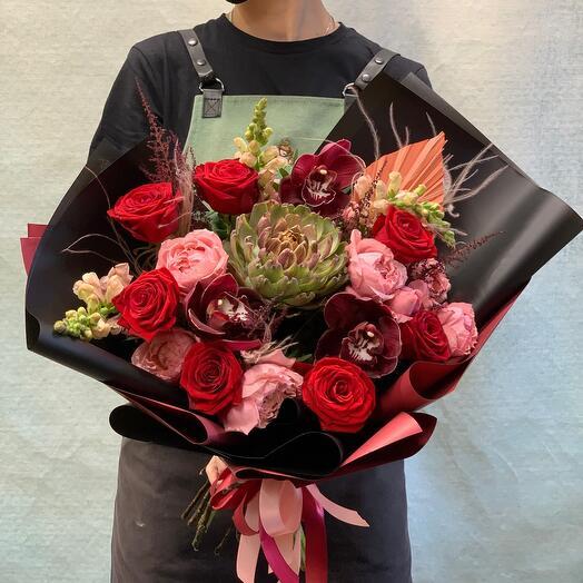 Шикарный букет с артишоком, орхидеями и розами