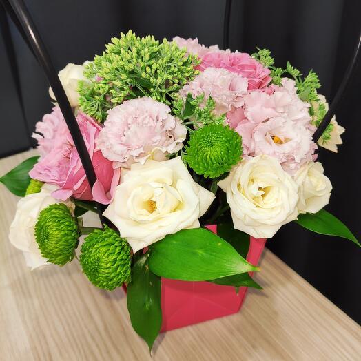 Цветы в коробке собраны и готовы к доставке