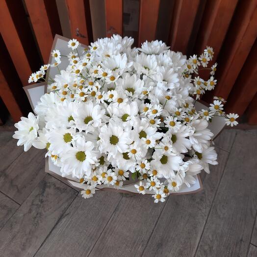 Букет из хризантем и полевых ромашек