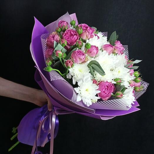 Букет из пионовидных роз и хризантем