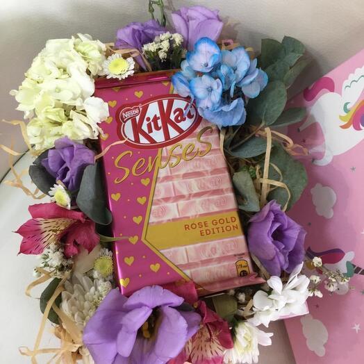 Цветы в коробке с шоколадом