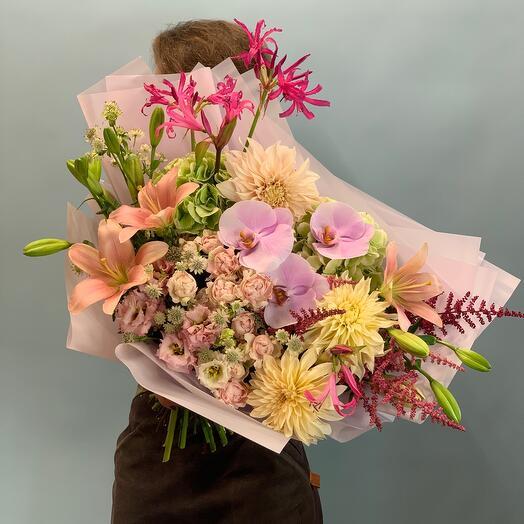 Роскошный букет с орхидеей , пионовидной розой и гортензиями