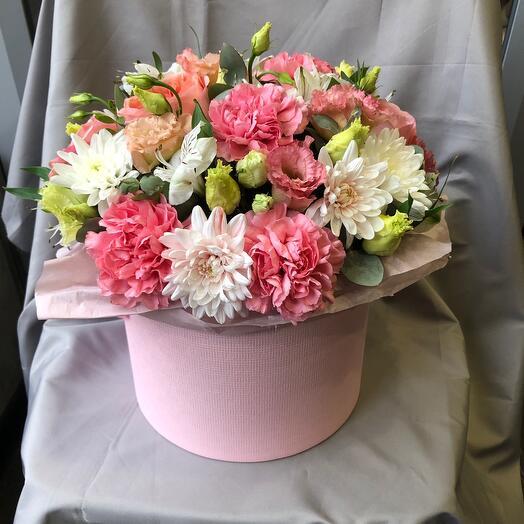 Коробка с пионовидной розой, эустомой и диантусом