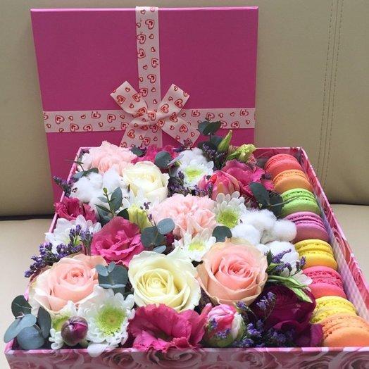 Коробка с цветами и печеньем Розовый сон: букеты цветов на заказ Flowwow